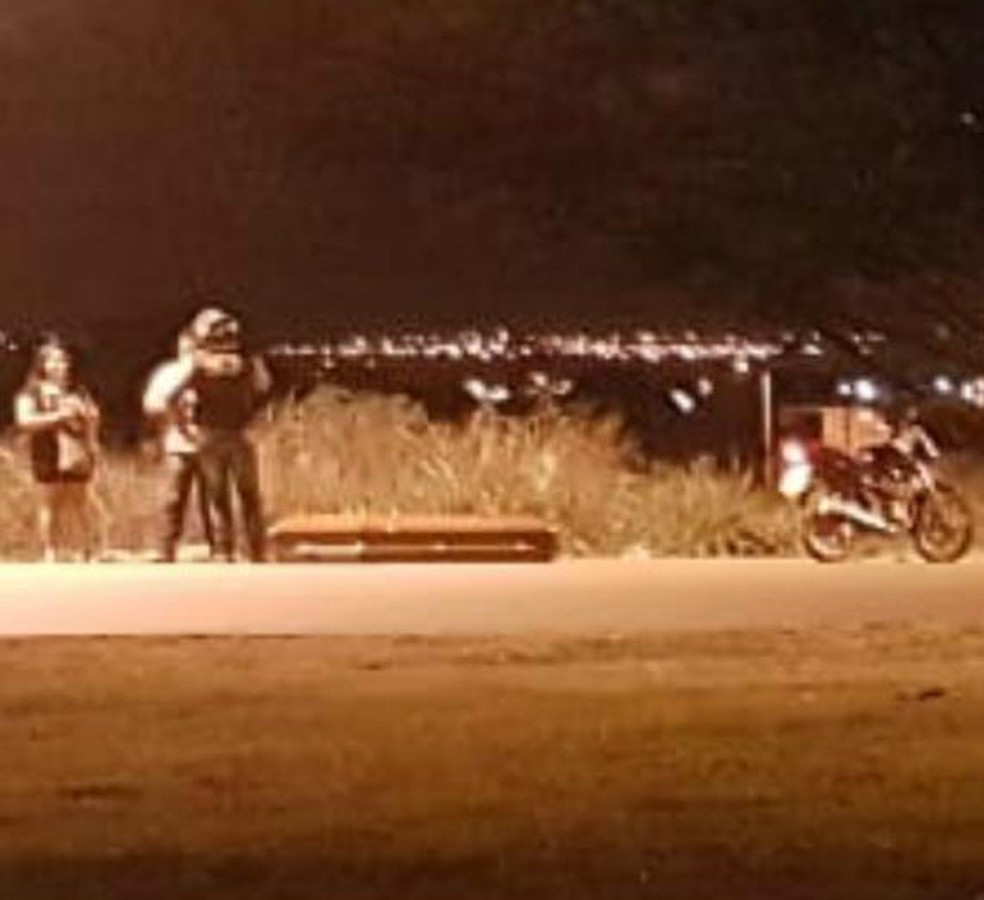 Caixão ficou para trás após cair de carro funerário — Foto: Divulgação