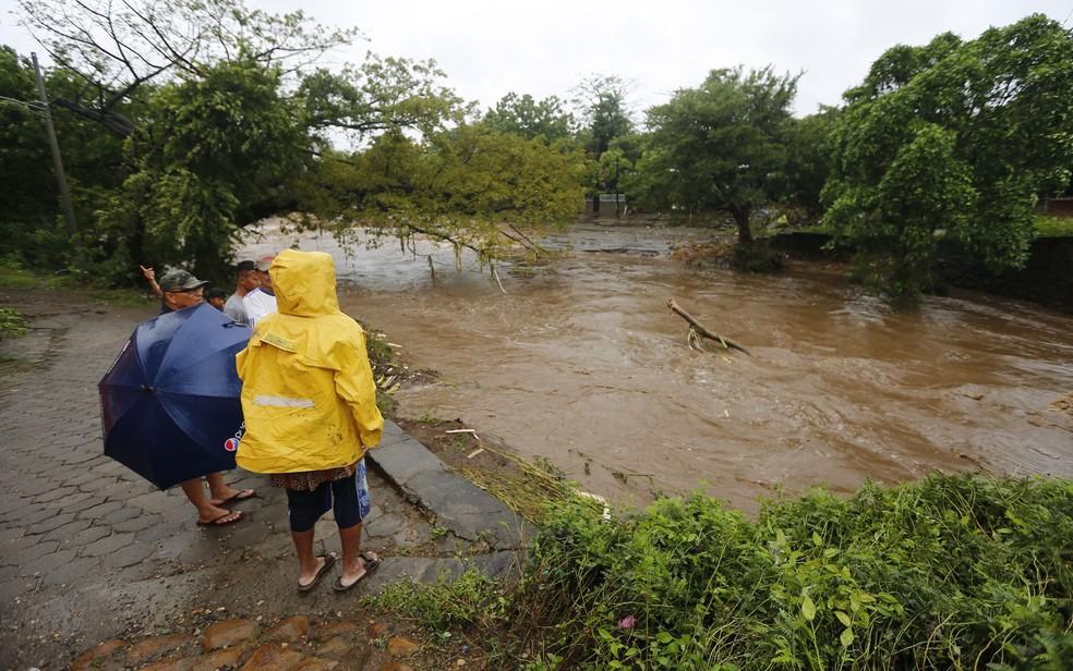 Moradores observam inundação causada pelo rio Masachapa após a passagem da tempestade tropical Nate, na Nicarágua, na quinta (5) (Foto: Inti Ocon/AFP)