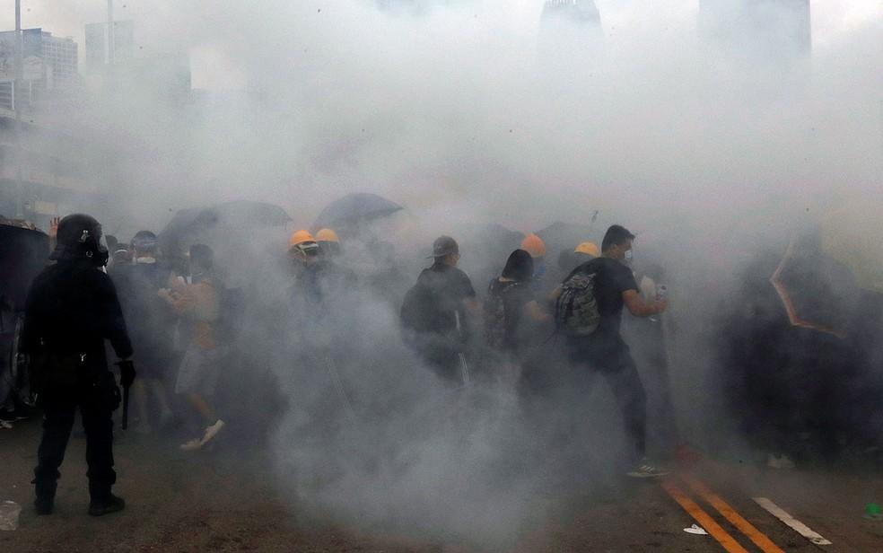 Manifestantes enfrentam o gás lacrimogêneo lançado por policiais em Hong Kong — Foto: Tyrone Siu / Reuters