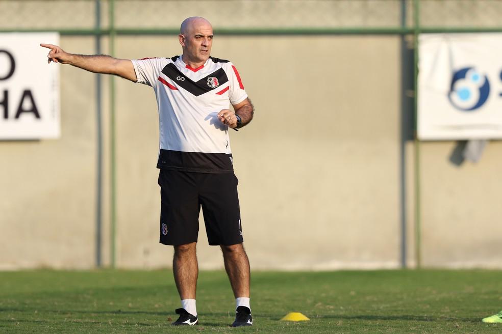 Itamar Schulle dá orientação em treino do Santa Cruz — Foto: Marlon Costa/Pernambuco Press