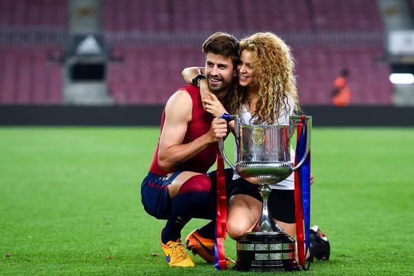 Shakira e Piqué com o troféu da Copa do Rei, conquistado pelo Barcelona em 2015 (Foto: Getty Images)