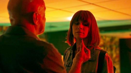 Galdino mostra a Luzia vídeo com cenas quentes de Karola e Remy e ela decide divulgar em show