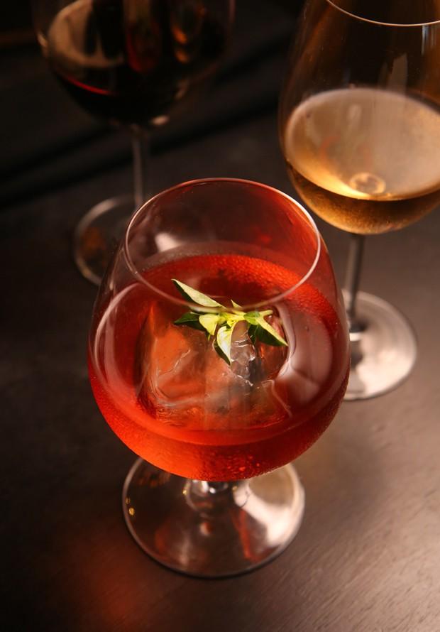 Drink para relaxar: bebida leva manjericão e laranja Bahia (Foto: Divulgação)
