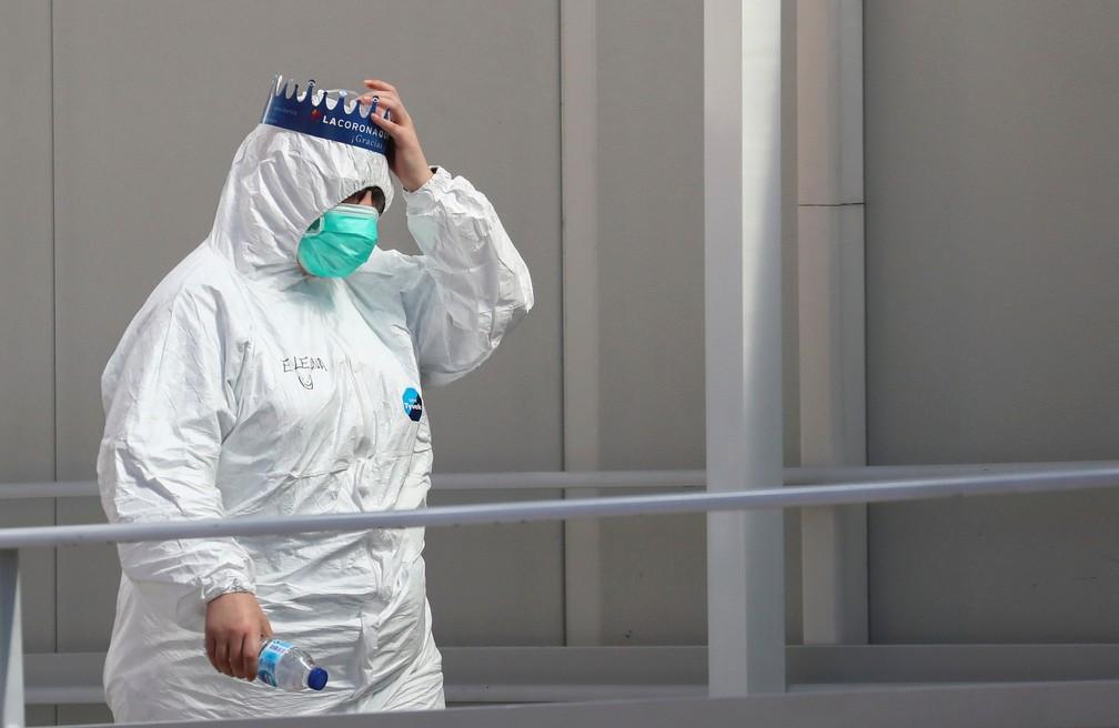 Profissional de saúde usando máscara e vestes protetoras contra a Covid-19 em Madri, na Espanha, no dia 28 de março. — Foto: Sergio Perez/Reuters