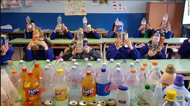 Crianças de escola de Salerno participam da coleta de material reciclável (Foto: Reprodução)
