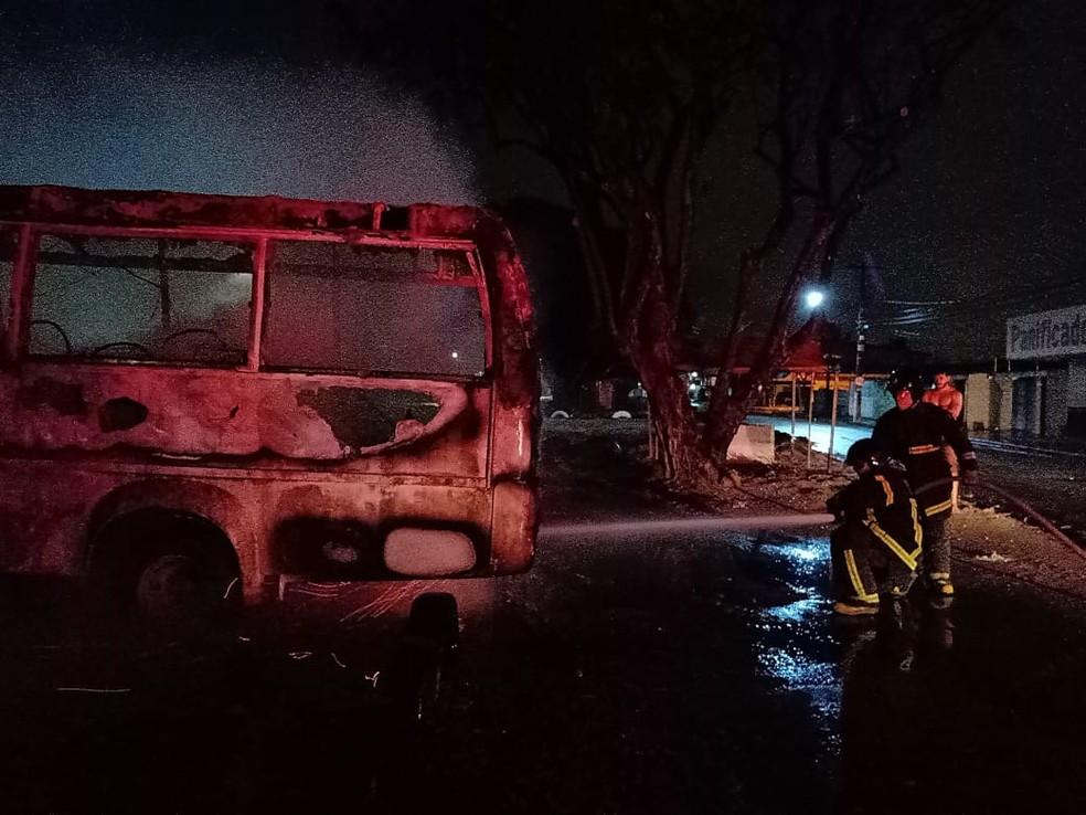 Corpo de Bombeiros controlaram chamas após 20 minutos de combate, na Zona Norte de Natal — Foto: Corpo de Bombeiros/Divulgaçao