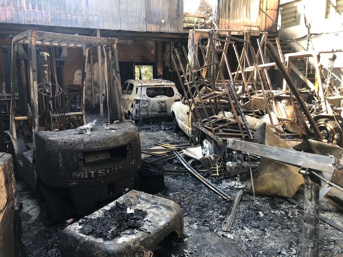 Oficina mecânica pega fogo em Santa Cruz do Rio Pardo - G1