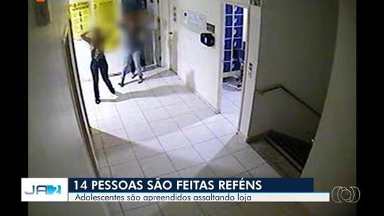 Criminosos fazem 14 pessoas reféns durante assalto e causam pânico em loja de Goiânia; vídeo