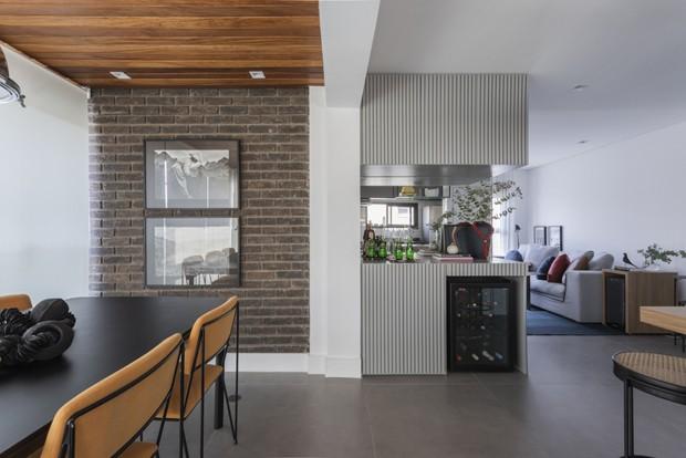 70 m²: apê ganha integração e espaços extras de armazenagem  (Foto: Thiago Travesso)