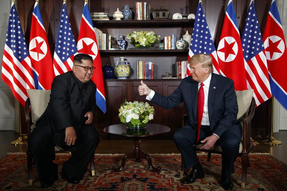 Presidente dos Estados Unidos, Donald Trump, faz aceno positivo para líder norte-coreano, Kim Jong-un, durante reunião em Singapura (Foto: AP/Evan Vucci)