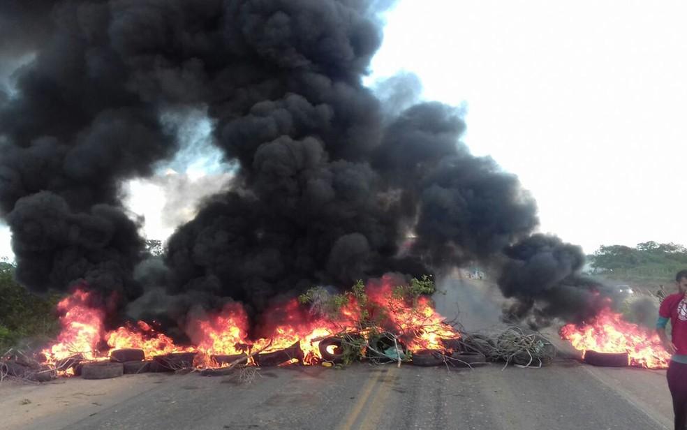 Manifestantes queimaram pneus na BR-116, contra prisão do ex-presidente Lula (Foto: Divulgação/ CUT)