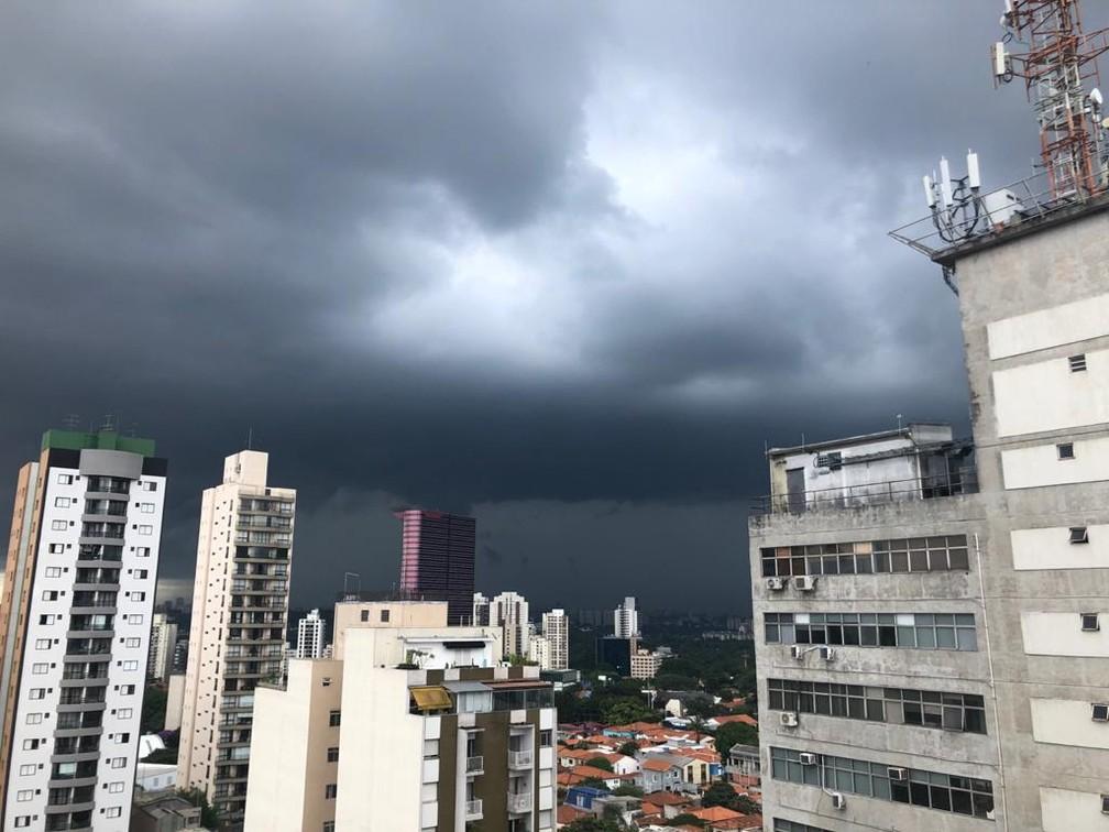 Céu carregado em Pinheiros, na Zona Oeste de SP, na tarde desta quinta; cidade está em estado de atenção para alagamentos — Foto: Paula Paiva Paulo/G1