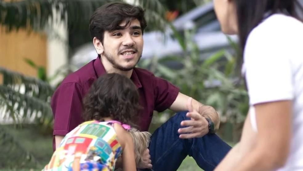 Tadeu (João Fernandes) tenta ganhar a confiança de Cida  e os dois se tornam amigos em 'Malhação - Toda Forma de Amar' — Foto: Globo