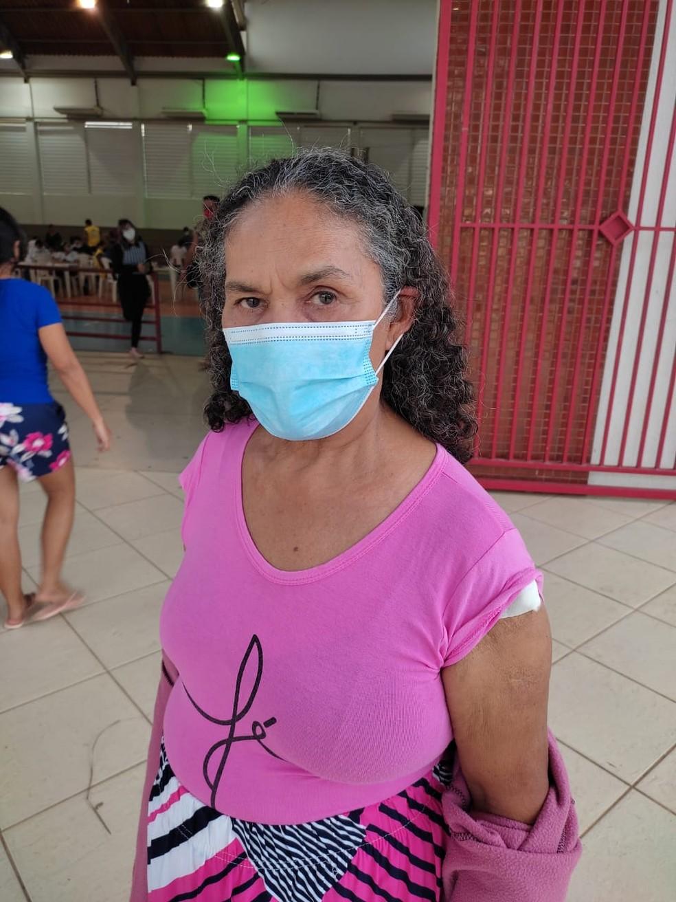 Maria do Nascimento disse que estava com medo, mas foi se vacinar neste domingo (20)  — Foto: Elizânia Dinarte/CBN Rio Branco