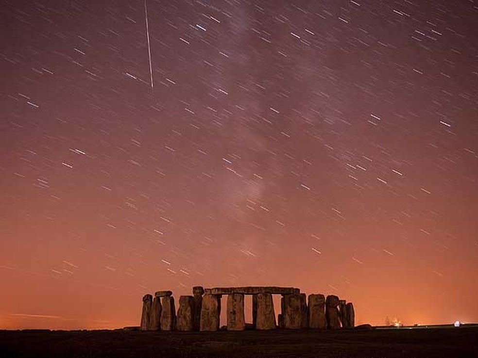 Perseidas é registrada sobre Stonehenge, na planície de Salisbury, ao sul da Inglaterra. Foto de exposição longa. (Foto: Doherty Kieran / Reuters)