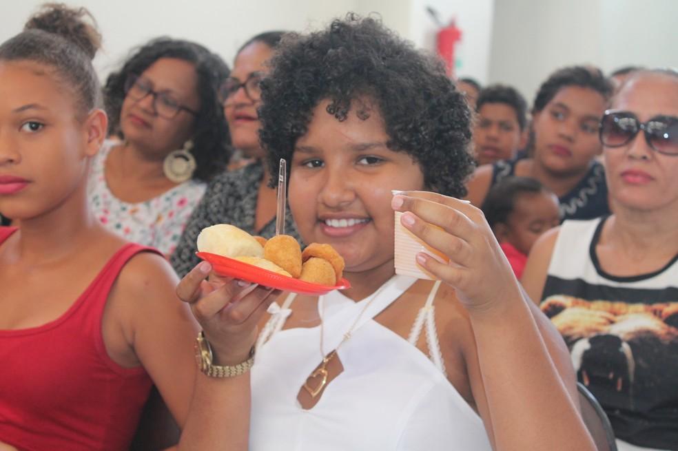 Dayany Medrado comemorando o dia das crianças com salgados e refrigerante — Foto: Lucimário Souza/ TV Grande Rio