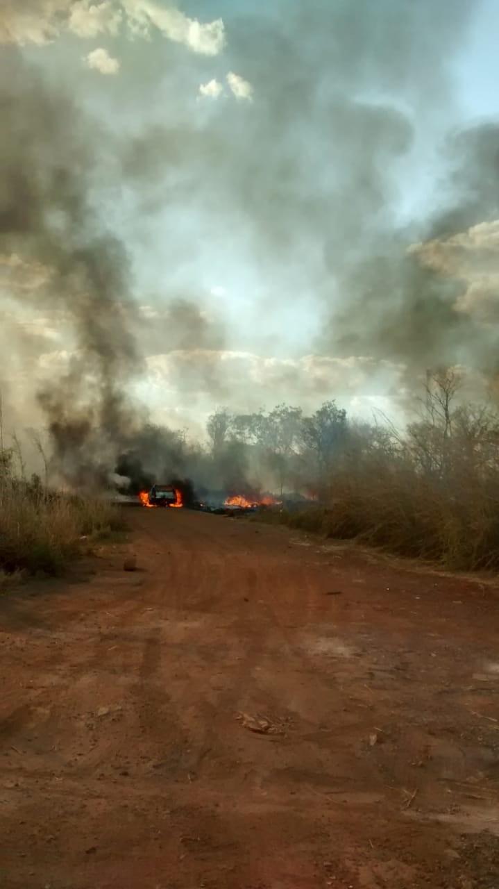 Carro pega fogo e chamas se espalham pela vegetação em Palmas - Notícias - Plantão Diário