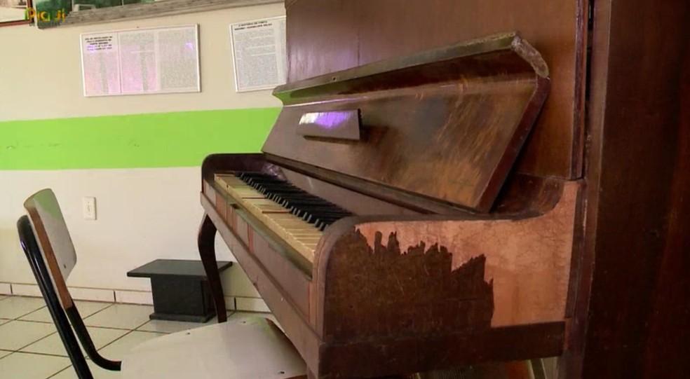 Piano que pertencia a família que morreu em acidente tem relatos de moradores sobre tocar sozinho — Foto: TV Clube