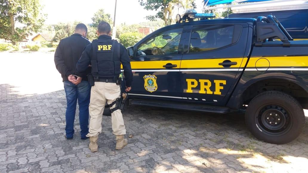 Jovem é preso após ser flagrado com carro clonado na Via Dutra, em Barra Mansa - Noticias