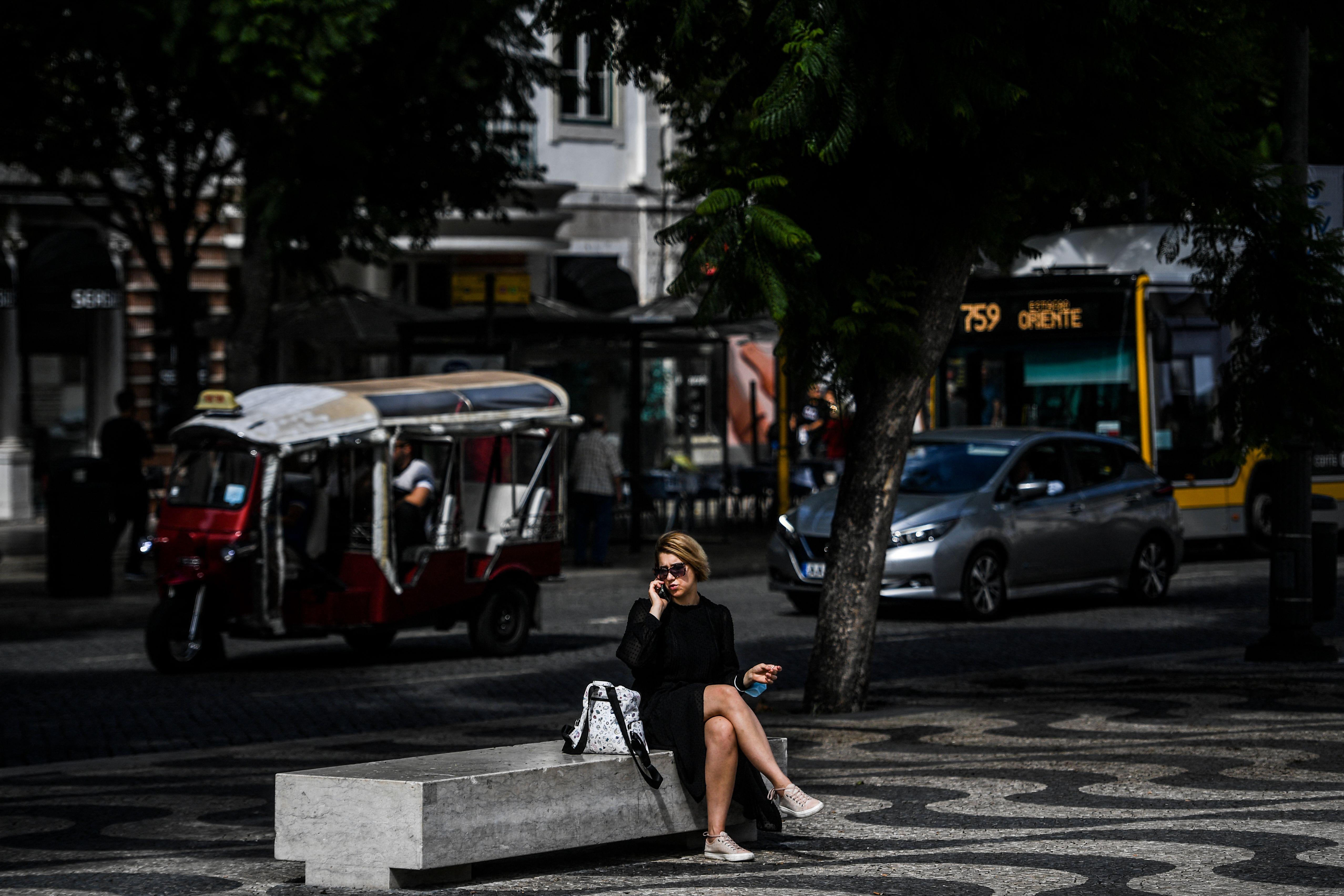 Mulher fala ao telefone em Lisboa