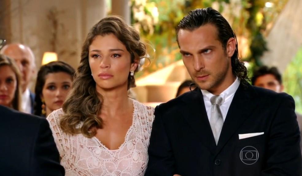 Ester (Grazi Massafera) e Alberto (Igor Rickli) se casam, em 'Flor do Caribe' — Foto: Globo
