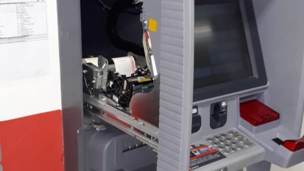 Dupla havia violado os equipamentos da agência com objetivo de colocar um aparelho que copia dados bancários. — Foto: Polícia Militar