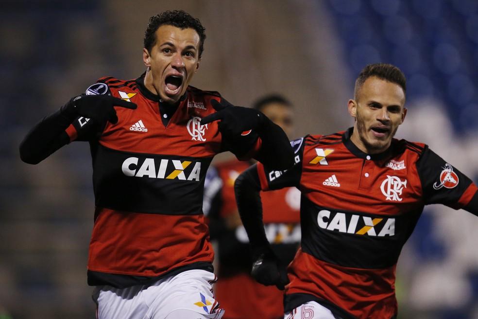 Damião, na reserva de Guerrero, fez 11 gols em 40 jogos. No Inter, marcou seis em 13 partidas. Fla avalia procura por outro atacante experiente (Foto: EFE)