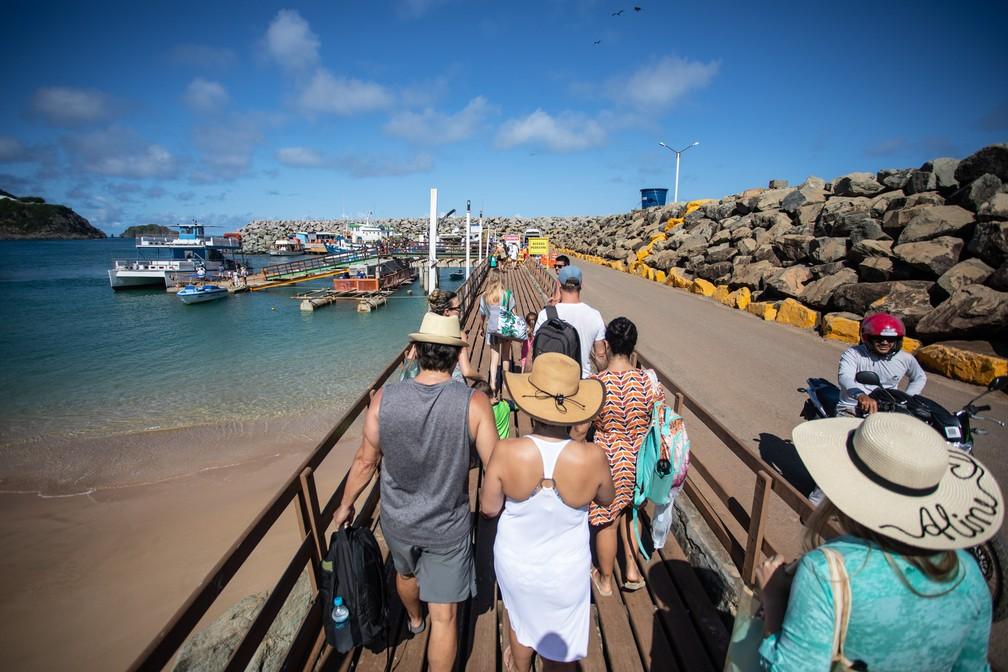 Turistas chegam à Praia do Porto para passeio de barco em Fernando de Noronha — Foto: Fábio Tito/G1