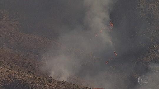 Bombeiros retomam combate a incêndio no Parque do Itacolomi, em Ouro Preto