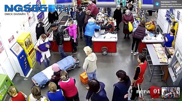 A mulher deu à luz em minutos depois de fazer compras no supermercado (Foto: Reprodução/ YouTube)