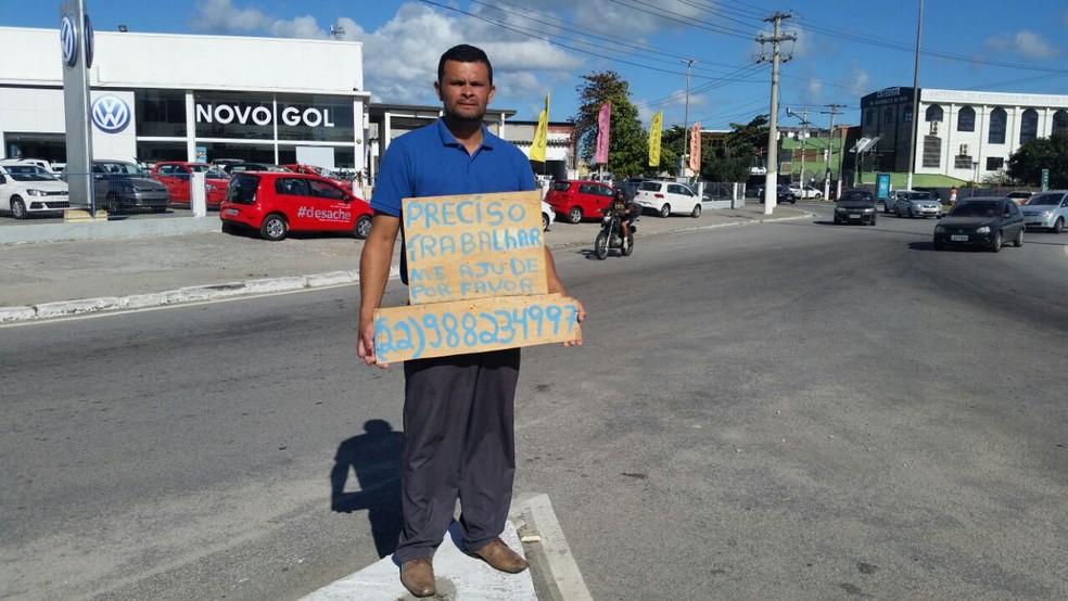Elton estava pedindo emprego em uma rotatória em Cabo Frio (Foto: Fernanda Soares/G1)