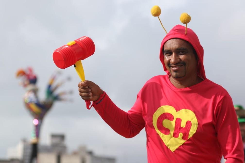 O herói 'atrapalhado' Chapolin Colorado apareceu no Galo da Madrugada — Foto: Marlon Costa/Pernambuco Press