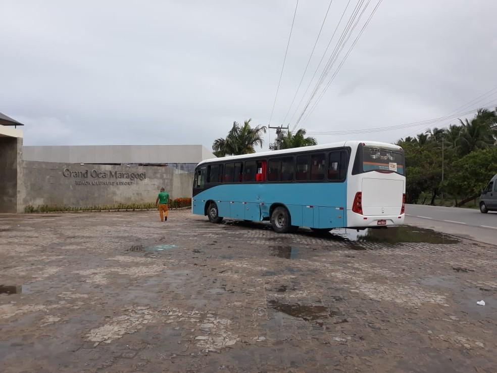 Ônibus rodou na AL-101 Norte em frente a hotel e bateu numa van — Foto: Divulgação/BPRv