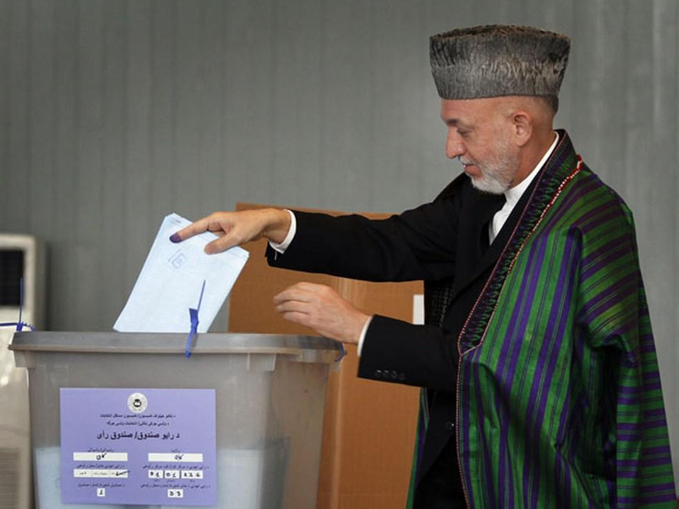 Presidente Hamid Karzai em eleições de 2016 — Foto: Musadeq Sadeq/AP