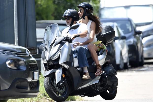 George Clooney teria sofrido um acidente com a scooter na Itália, em meados de julho (Foto: Backgrid)