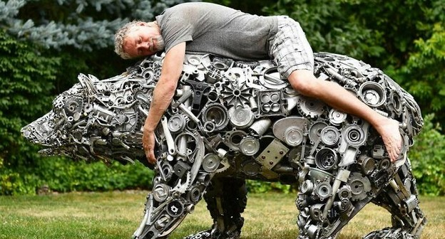 Artista faz esculturas com materiais recuperados do lixo