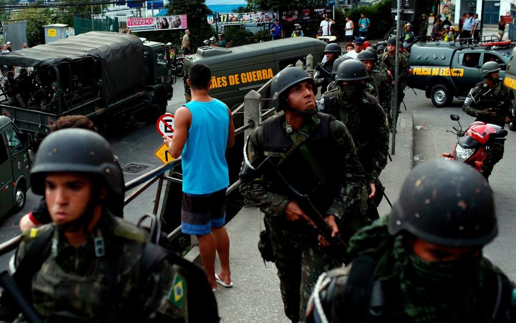Oficiais da Polícia do Exército chegam à Rocinha. Operação mobiliza 950 homens (Foto: Bruno Kelly/Reuters)