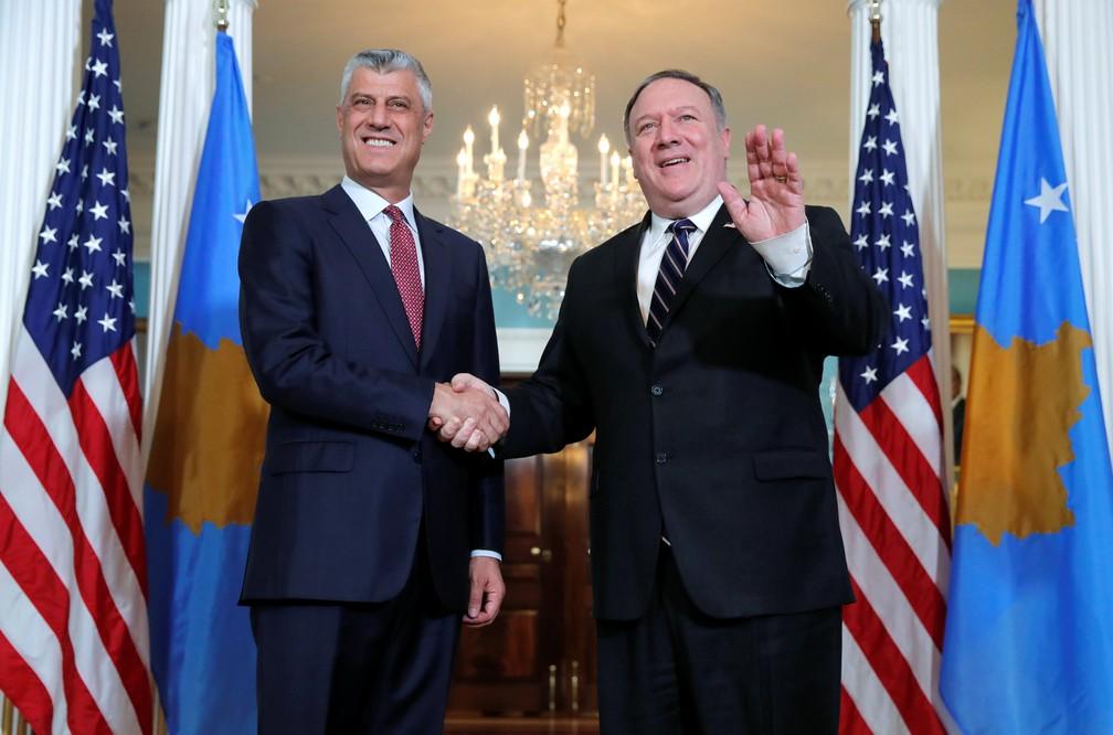 Presidente de Kosovo, Hashim Thaçi, cumprimenta o secretário de Estado dos EUA, Mike Pompeo — Foto: Jim Young/Reuters