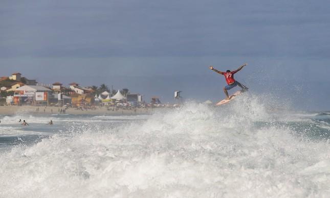 Um ângulo diferente: Filipe Toledo decolando nas ondas da Barrinha