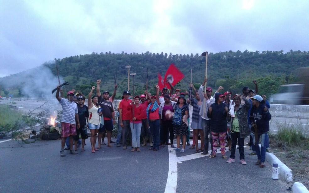 Manifestantes fecharam trecho da rodovia estadual SE-270 (Foto: Andréia Silva/MST)