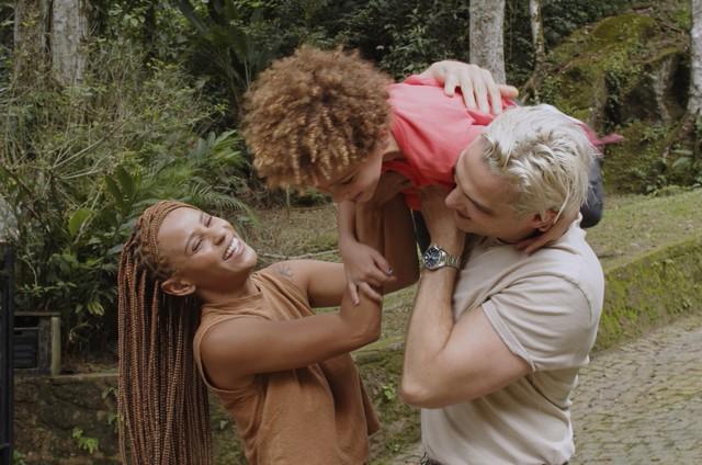 A cantora Aline Wirley, o marido, o ator Igor Rickli, e o filho deles, Antônio (Foto: Divulgação)