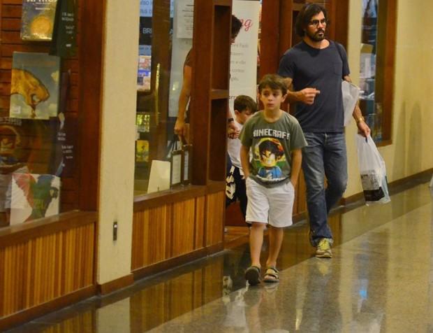 Juliano Cazarré e a família passeando em um shoppingo do Rio de Janeiro (Foto: AgNews)