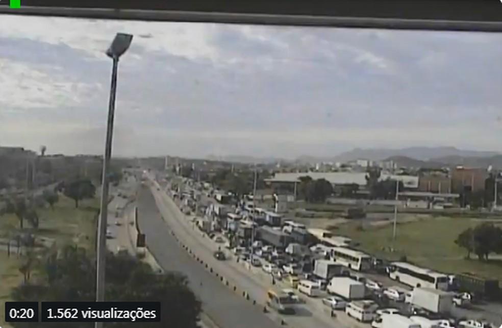 Congestionamento na via chegando até Parada de Lucas — Foto: Reprodução/Centro de Operações Rio