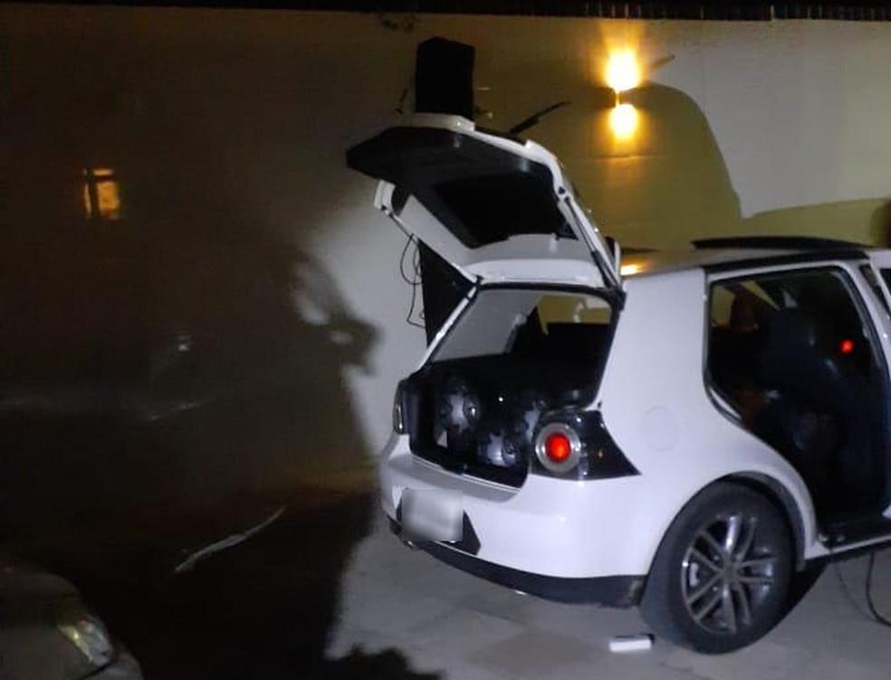 Simulacro de pistola e equipamentos sonoros estavam no carro — Foto: Divulgação/PM/SE