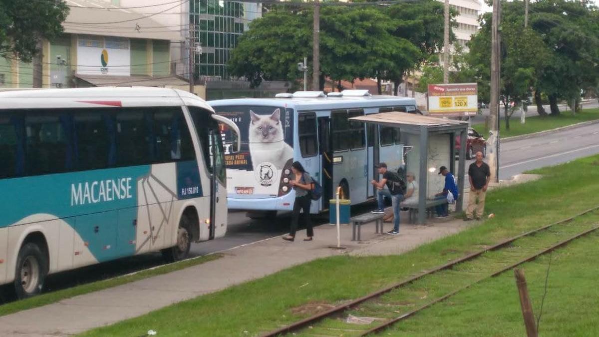 Ônibus voltam a circular após dia de violência em Macaé, no RJ
