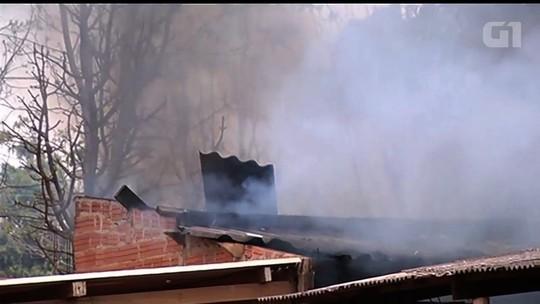 Mulher é detida suspeita de colocar fogo na própria casa após brigar com o marido, em Jataí; vídeo