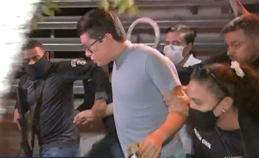 DJ Ivis chega à delegacia após prisão decretada por agressões contra a ex-mulher, Pamella Holanda. — Foto: Reprodução