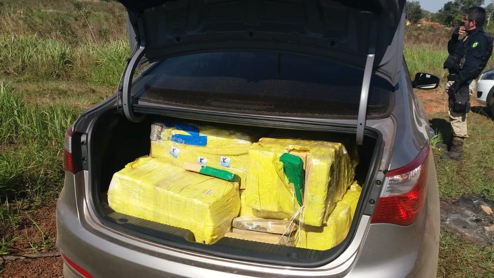 Droga estava no porta-malas do veículo com placas de São Paulo; motorista não respeitou o sinal de parada em Ourinhos (Foto: Polícia Rodoviária Federal / Divulgação )