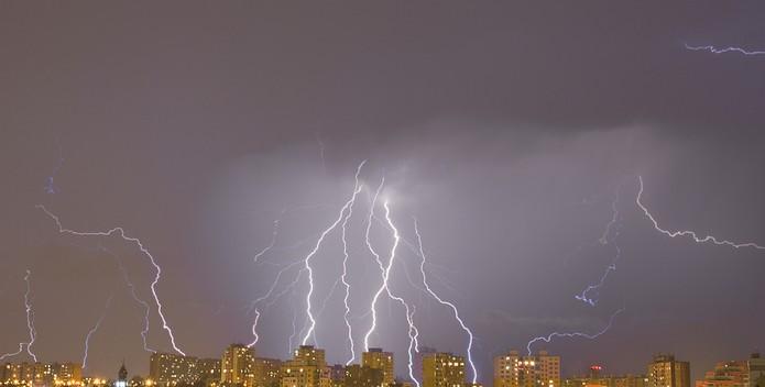 Descargas elétricas colocam em risco o funcionamento de aparelhos eletrônicos (Foto: pond5)