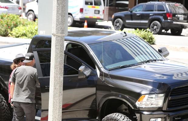 Justin Bieber e sua caminhonete Dodge 4x4 (Foto: AKM-GSI)